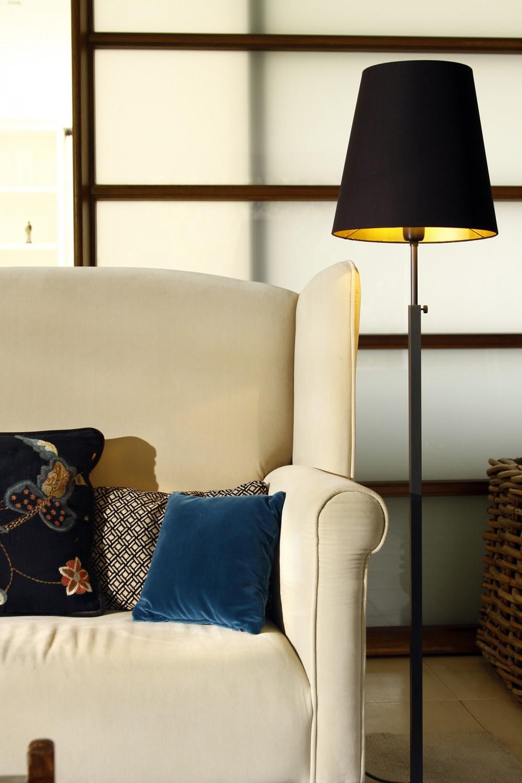 sofa , kussens en sfeerverlichting